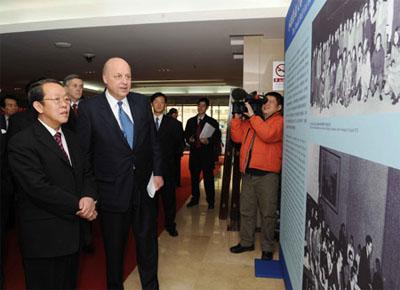 Negroponte and photo exhibit